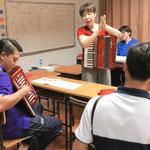 教員に対するアコーディオン指導(ホアンカオ小学校)