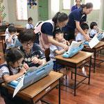 1~2年生のクラスでの鍵盤ハーモニカ指導(ホアンカオ小学校)