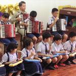 お楽しみ会(先生の日)での発表の様子(ホアンカオ小学校)