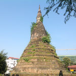 タート・ダムは「黒い仏塔」の意。苔むしたレンガ造りの仏塔下部にある祠には、ラオスの守り神である龍が住んでいるといわれる