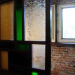蔵とレンガとステンドガラス。長崎らしい景色です。