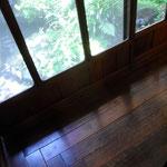 飴色の床とびいどろのガラスが歴史を感じさせます。