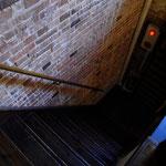 階段が大変急ですので、お足下にはお気をつけください。