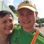 Mum und Sohn freuen sich über den Erfolg