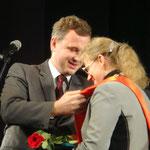 Заместитель главы администрации г. Тамбова С.В. Кузнецов вручает ленту победителя конкурса А.В. Серегиной.