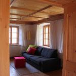 Schlaf- und Wohnraum mit Doppelbett und Schlafsofa