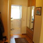 Flur, Einbauschrank und Badezimmer im Hintergrund
