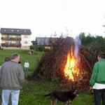 Johannisfeuer mit Feuersegnung auf dem Spielplatz in Oberlangau