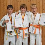 Von li. Tom Staats, Philipp Förster und Daniel Gardt mit Medaille und Urkunden nach siegreichen Kämpfen