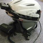 XENON-Helm mit Ohr-Protektoren und aufgesetzter Silva-Helmlampe von vorn