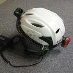 XENON-Helm mit Ohr-Protektoren und aufgesetzter Silva-Helmlampe von hinten und mit Helm-Rücklicht