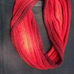 12 - Möbius in rot - für zweimal um den Hals - aus 4-fach Farbverlaufgarn der Bunten Wollmaus (50% BW, 50% Polyacryl)