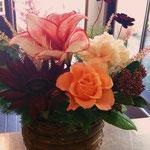 濃い色のお花を入れるとアレンジがぐっと引きしまります