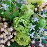 グリーンのお花と小花や見もので爽やかナチュラルアレンジ