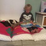 Rosalie liest Franzi eine Gute Nacht Geschichte vor, obwohl sie noch nicht lesen kann!