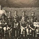 Die erfolgreiche E aus der Saison 1992/93 | (hinten) Trainer Hans-Jörg Redel, V. Holzhauser, M. Güngerich, T. Motsch, M. Schmadel | (vorn) F. Fisci, T. Mathieu, F. Dörr, Ch. Pajak, T. Rohe