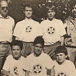 """Auch beim Wettbewerb """"Fußball macht Freude"""" bei dem die Fußballtechnik gefragt ist, gehörte die DJK-Jugend zu den erfolgreichsten Mannschaften. Jugendleiter H.P. Becker, N. Fickinger, B. Jung, Jugendtrainer N. Biller, M. Jungfleisch, A. Tinebra, A. Fries"""