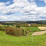In den tertiären Hügelländern wird die meiste Fläche für den Ackerbau genutzt. Auf den steileren West- und Südhängen konnten sich nur weniger fruchtbare Böden herausbilden. Auch aufgrund der erschwerten Bewirtschaftung wächst hier vorwiegend Wald.