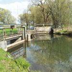 Über ein Wehr wird das Wasser oberhalb der Mühle in den Mühlbach abgeleitet. Unterhalb der Mühle wird es wieder dem ursprünglichen Fließgewässer zugeführt. Überleitungsgräben kurz vor der Mühle, verhindern eine Überlastung des Wasserrades.