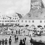 """Das Bild von ca. 1860 zeigt das geschäftige Treiben auf dem Erdinger Getreidemarkt, der """"Schranne"""". Sowohl in der Verwaltung, im Steuerwesen als auch in der Rechtspflege war Erding fest in das Herzogtum und spätere Kurfürstentum Bayern integriert."""