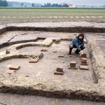 Mit den Römern wurden neue Bautechniken bekannt, wie z.B. der Hausbau mit gebrannten Ziegeln und Dachplatten. Thermen in römischer Tradition zeugen von einer hochstehenden Kultur, so wie hier in Niederndorf .