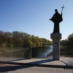 Brücken spielen eine wichtige Rolle für den Verkehr. Häufig wurden sie durch Hochwasser zerstört. Die Flößer mussten gut Obacht geben, damit sie ihr Floß heil darunter hindurch lenkten. Bis heute wird der hl. Johann Nepomuk als Schutzpatron verehrt.