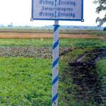 """Nach der Säkularisation wurden Freising und Erding Teil des """"Isarkreises"""". Dieser wurde später zum Regierungsbezirk Oberbayern. Diese Tafel markierte die Grenze zwischen den Bezirksämtern und den Amtsgerichten Erding und Freising."""