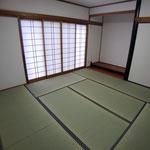 和室 白いクロスでリビングと一体感が出ます。畳の表替えと襖の貼り替え。