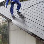 屋根洗浄 高圧洗浄機で汚れを落としています