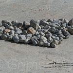 Rohnegletscher Besucher haben ein Herz aus Steinen gebaut