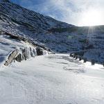 Summerloch verschneite Passstrasse im Winter