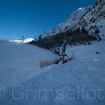 Schneefräse kämpft sich bei der Netzrichti durch den Lawinenkegel vom Vortag
