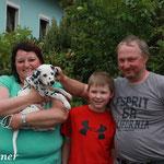 Das ist ein Teil meiner neuen Familie, Melanie, Ben und Max. Gemeinsam mit meinen Dalmatiner Freunden Gino und Mia werde ich Regen unsicher machen