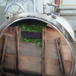 ヒノキの葉が上までしっかり詰められた水蒸気蒸留装置