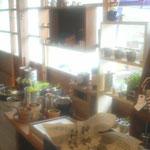 植物と雑貨のコーナー ストーブがついてて温かい。