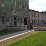 L'ingresso dell'Abbazia, davanti il piazzale della chiesa