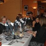 Ce soir-là, les convives étaient en noir et blanc, et la décoration des tables était assortie...