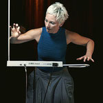 Barbara Buchholz playing TVox (Quelle wikipedia)