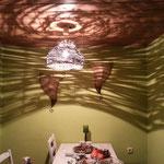 Lampenschirm aus Ästen und der Schattenwurf
