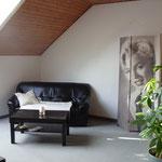vorher: aufgeschlitzes Kunstledersofa mit Decke