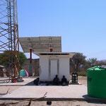 携帯の電波塔の下(クンデ村)
