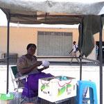 睡蓮と牛肉の煮込みを売る女性(マウン市)