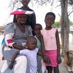 オアウエーさん一家。Cattle Postと呼ばれる牧畜集落に住む「ヘレーロ」という民族で、お母さん(ムベッサさん)のドレスと帽子が特徴。あいさつは「マペンドゥッカ!」(マツィアラ村)