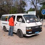 乗合バス「コンビ」。気持ちいほどボロボロの車だが良く走る(ウエストモヘンボ村)