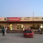 村のお店。肉屋兼雑貨店とバーが隣り合っているのが基本パターン。(セヒーツァ村)