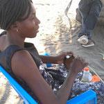 バスケットを編む女性。バスケットはボツワナの代表的なハンドクラフトである。意外にも若い人たちが作っていて驚き!(エツァ6村)