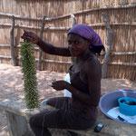 玄関飾りを作る女性(イーストモヘンボ村)