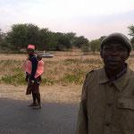 旅は道連れ。病気の子供を連れて病院へ隣村から延々歩いている。(セプーパ村)