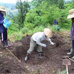 土台の地形作り。スコップで掘った直径1m程の穴。
