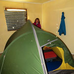 Wir richten uns in einem Hotelzimmer ein. Das Zelt passt so gerade hinein.